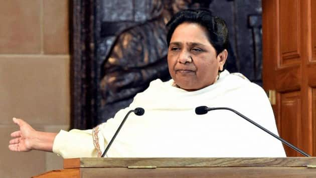 BSP Chief Mayawati addressing press conference at her residence in Lucknow on Saturday. pti photo by Nand kumar(PTI1_28_2017_000188B)