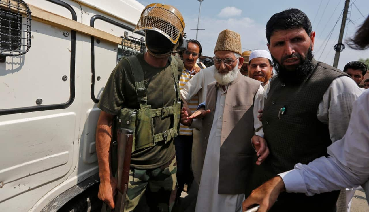 Who is Syed Ali Shah Geelani, and why is his resignation from Hurriyat Conference significant?