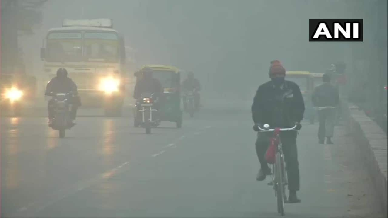 Delhi remained engulfed in a layer of dense fog early on January 18. The visibility remained low. These pictures are from Kashmiri Gate and Majnu Ka Tilla. (Image: Twitter/ANI)