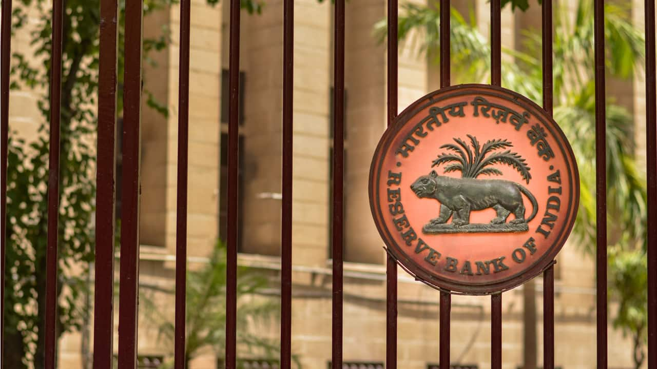 RBI announces panel  to evaluate  applications for Universal Banks, Small Finance Banks