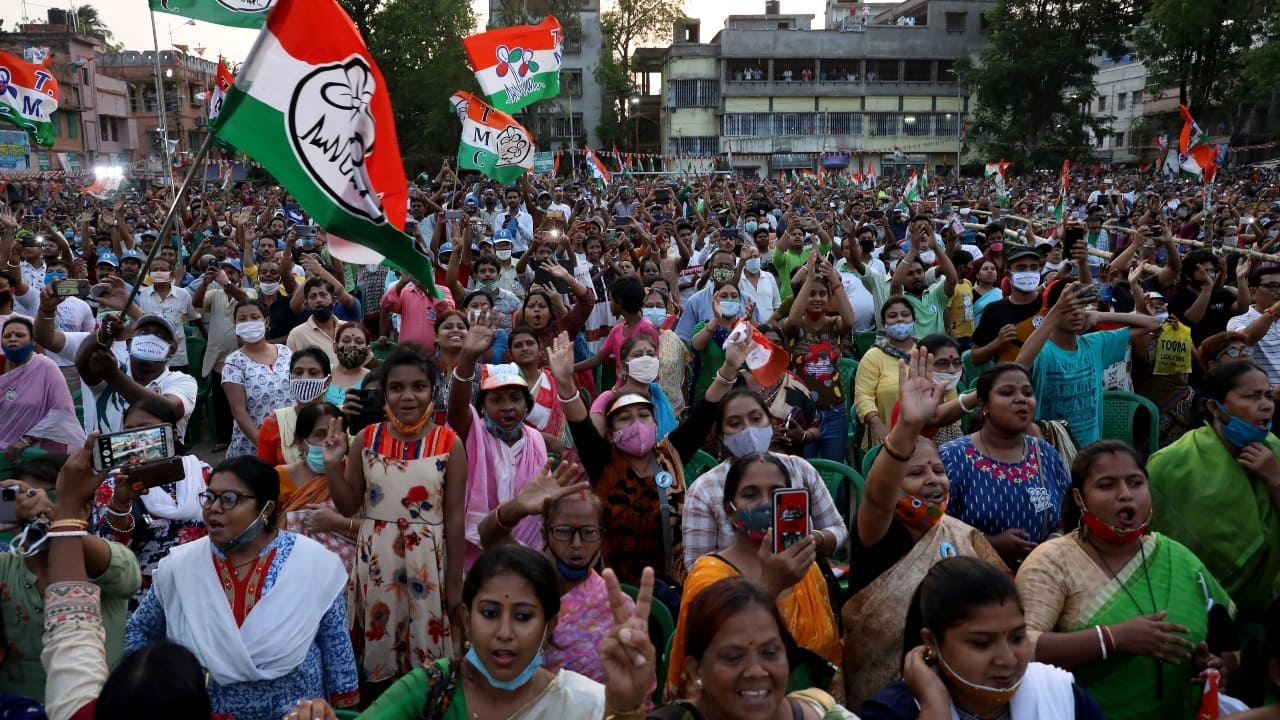 Supporters of the West Bengal Chief Minister an Trinamool Congress chief Mamata Banerjee attend an election campaign rally ahead of the fourth phase of the assembly election, amid the spread of COVID-19 in Kolkata on April 7, 2021. (Image: Reuters/Rupak De Chowdhuri)