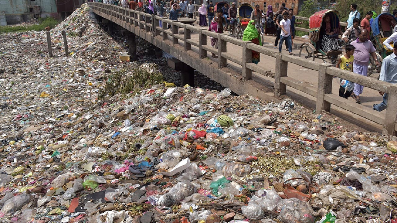 Once an important commercial waterway, the Buriganga river in the southwest outskirts of Dhaka, Bangladesh, has now turned into a plastic river. (Image: Shahriar Hossain (Bangladesh) via UN)