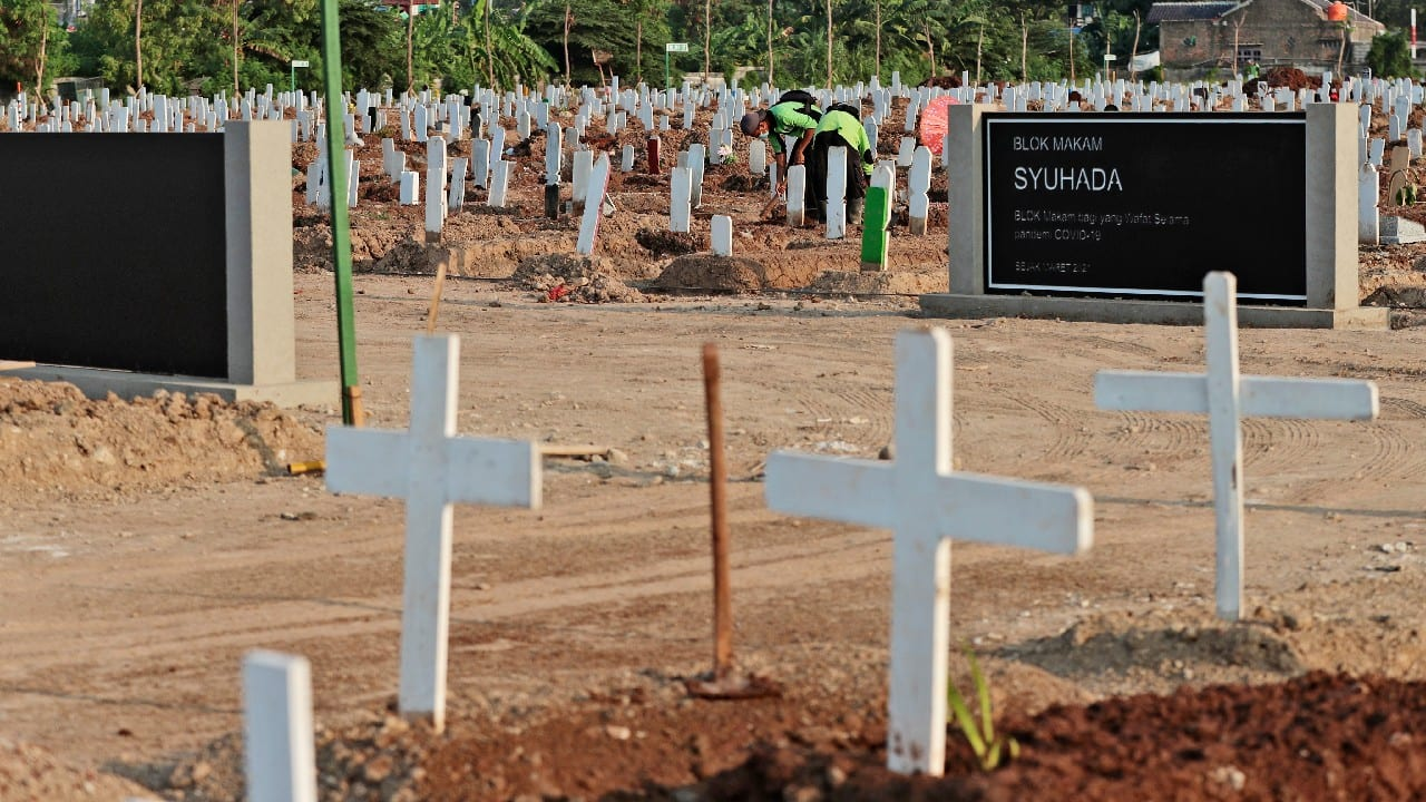 Rorotan Cemetery is divided by religion. In the Christian section, many of the white wooden crosses are topped with statues of the Virgin Mary, her eyes downcast. Some have rosary beads draped over the markers. Possibly these belonged to the deceased. Maybe they held them as they died. (Image: AP)