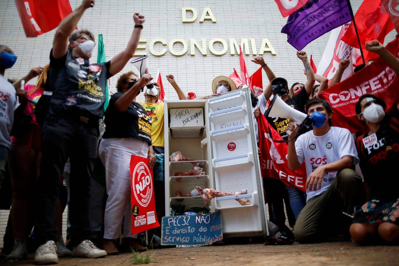 Demonstrators take part in a protest against Brazil's Economy Minister Paulo Guedes and Brazil's President Jair Bolsonaro next to the Ministry of Economy building in Brasilia, Brazil October 7, 2021. REUTERS/Adriano Machado - RC2X4Q9EILH6